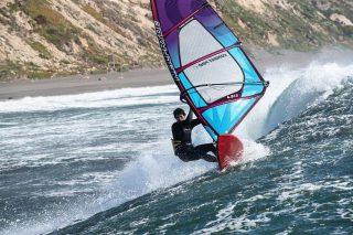 Días de buenas olas 🌊 y buen viento 🌬 la combinación perfecta para una vela @neilpryde_wind  @joaco_desri gozando su equipo #combatpro  📸: @deheeckeren
