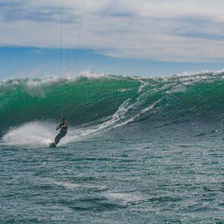 Llego marzo y empezaron los swells 🙌🌊 nuestro amigo @josefcosanchez.b disfrutando las bombas 💣 con su #drifter @cabrinhakites aprovecha el SALE que tenemos en nuestra tienda 🤙 📸: @agusssking