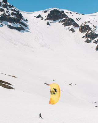@felipe_pizarro cerrando la temporada de nieve en #snowkite ❄️ 🔥 con sus  @cabrinhakites encuéntralos en nuestra tienda ! Ojo 👁 se vienen los 2021 🤟 📸: @franciscomendezr  @backcountry_potreronorte  @blackmaria.producciones